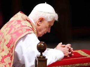 Benedetto-XVI-in-preghiera1-300x224