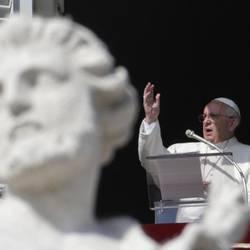 Papa Francesco recita l'Angelus dalla finestra del Palazzo Apostolico