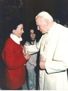 Flora-con-Giovanni-Paolo-II-1996