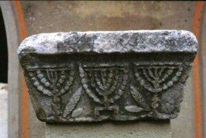 Capitello con Menorah dell'antica sinagoga di Corinto